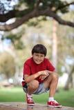 Muchacho joven en la tabla en el parque Fotografía de archivo libre de regalías