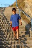 Muchacho joven en pasos Foto de archivo