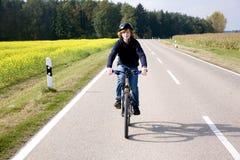 Muchacho joven en su bici de montaña Imagen de archivo