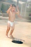 Muchacho joven en un parque del agua Fotos de archivo