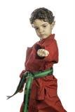 Muchacho joven en un uniforme rojo del karate imagen de archivo