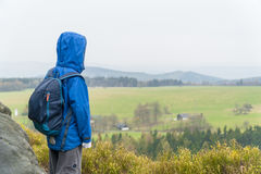 Muchacho joven en una colina Imagenes de archivo