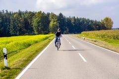 Muchacho joven en viaje con la bici Imagenes de archivo