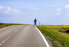 Muchacho joven en viaje con la bici Fotografía de archivo libre de regalías