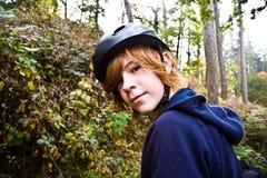 Muchacho joven en viaje con la bici, Foto de archivo