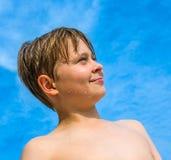 Muchacho joven feliz con el pelo marrón Fotos de archivo libres de regalías