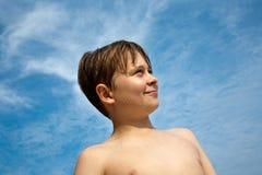 Muchacho joven feliz con el pelo marrón Foto de archivo