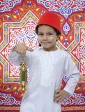 Muchacho joven feliz con Fes y linterna que celebran el Ramadán Imagen de archivo