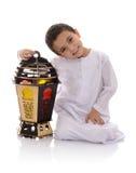 Muchacho joven feliz con la linterna grande que celebra el Ramadán