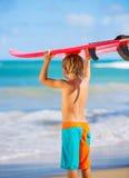 Muchacho joven feliz en la playa Fotos de archivo