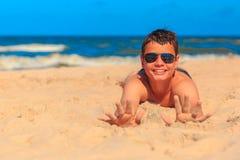 Muchacho joven feliz en la playa del mar Fotos de archivo