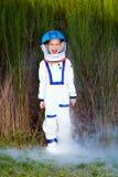 Muchacho joven feliz en un juego del astronauta Foto de archivo libre de regalías