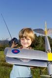 Muchacho joven feliz y su nuevo plano de RC Imagenes de archivo