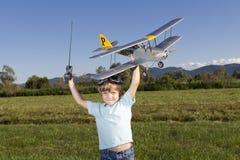 Muchacho joven feliz y su nuevo plano de RC Imagen de archivo libre de regalías