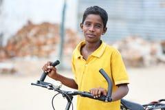 Muchacho joven indio con la bicicleta Imagenes de archivo
