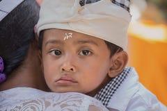 Muchacho joven indonesio durante el Año Nuevo del Balinese de la celebración Imagenes de archivo
