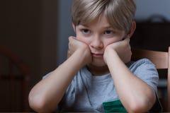 Muchacho joven infeliz Foto de archivo libre de regalías