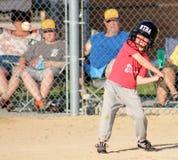 Muchacho joven lindo en el palo listo para golpear el béisbol en la visión Fotos de archivo libres de regalías