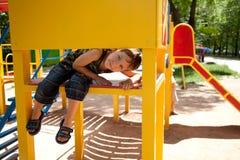 Muchacho joven lindo en patio Foto de archivo