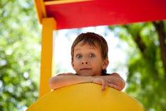 Muchacho joven lindo en patio Imagen de archivo libre de regalías