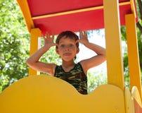 Muchacho joven lindo en patio Imagen de archivo