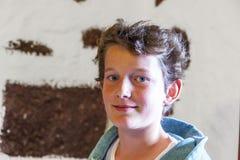 Muchacho joven lindo en un restaurante Imagen de archivo