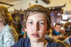 Muchacho joven lindo en un restaurante Fotografía de archivo