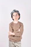 Muchacho joven lindo pensativo que mira para arriba Fotos de archivo