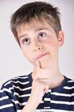 Muchacho joven lindo pensativo que mira para arriba Imagen de archivo