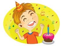 Muchacho joven listo para soplar su torta de cumpleaños Imagen de archivo libre de regalías
