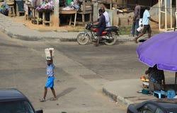 Muchacho joven ocupado después de escuela foto de archivo