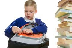 Muchacho joven pila de discos su bolso de escuela Fotos de archivo
