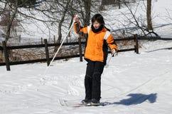 Muchacho joven por la primera vez con esquí de fondo Imagenes de archivo