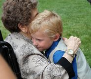 Muchacho joven que abraza a su abuela Imagen de archivo libre de regalías