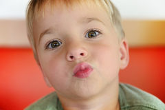 Muchacho joven que bebe del vidrio de agua dulce Fotografía de archivo libre de regalías