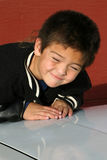 Muchacho joven que bizquea imagen de archivo libre de regalías