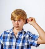 Muchacho joven que cepilla su pelo Fotografía de archivo libre de regalías