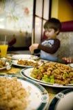 Muchacho joven que come el alimento chino Imagen de archivo
