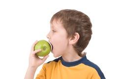 Muchacho joven que come la manzana Imagenes de archivo