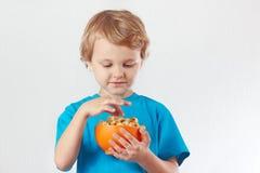 Muchacho joven que come las palomitas Fotografía de archivo libre de regalías