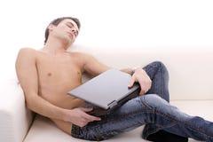 Muchacho joven que duerme en el sofá Imagenes de archivo