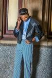 Muchacho joven que habla en el teléfono celular Foto de archivo