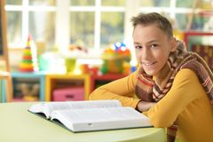 Muchacho joven que hace la preparación Imagen de archivo