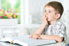 Muchacho joven que hace la preparación Fotos de archivo