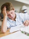 Muchacho joven que hace la preparación en su sitio Foto de archivo libre de regalías