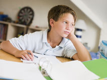 Muchacho joven que hace la preparación en su sitio Fotografía de archivo libre de regalías