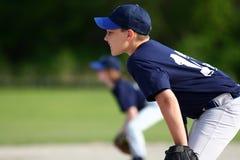Muchacho joven que juega a béisbol Imágenes de archivo libres de regalías