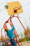 Muchacho joven que juega a baloncesto Imagenes de archivo