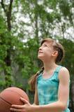Muchacho joven que juega a baloncesto Foto de archivo libre de regalías