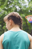 Muchacho joven que juega a baloncesto Imagen de archivo